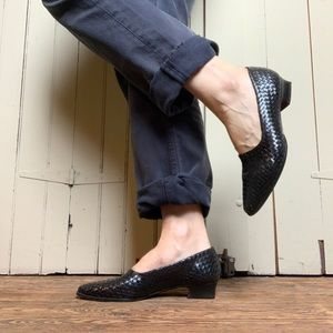 Woven black leather vintage low heel pointed shoes